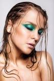 年轻美丽的妇女画象有绿色湿光亮的构成的 免版税库存照片