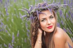 美丽的妇女画象淡紫色花圈的。户外 免版税库存图片