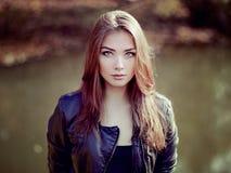 年轻美丽的妇女画象皮夹克的 免版税图库摄影