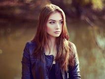 年轻美丽的妇女画象皮夹克的 库存照片