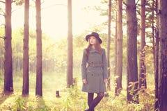 年轻美丽的妇女画象秋天外套的 免版税图库摄影
