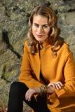 年轻美丽的妇女画象秋天外套的 免版税库存照片