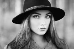 年轻美丽的妇女画象秋天外套的 图库摄影