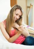 美丽的妊娠试验妇女年轻人 免版税库存图片