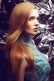 美丽的姜(红发)女孩画象蓝色礼服的 免版税库存图片