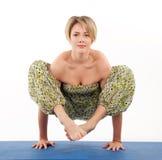 美丽的姿势女子瑜伽年轻人 免版税库存图片