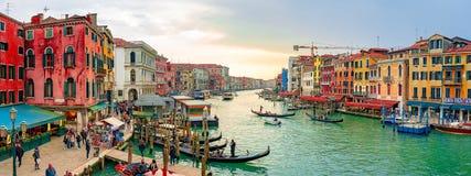 美丽的威尼斯狭窄运河,有许多经典长平底船的 免版税库存照片