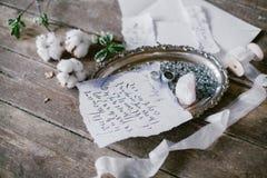 美丽的婚礼书法卡片和银盘形象艺术有两婚戒的 库存图片