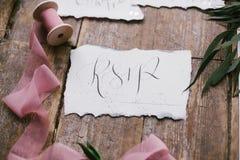 美丽的婚礼书法卡片形象艺术与桃红色薄绸的片盘的 库存图片