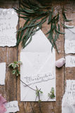 美丽的婚礼书法卡片形象艺术与花和矿物石头的 库存图片