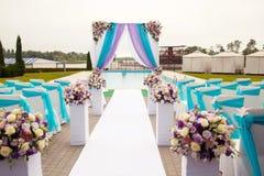 美丽的婚礼曲拱设定了在仪式的装饰 免版税库存照片