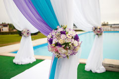 美丽的婚礼曲拱设定了在仪式的装饰 库存图片