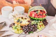 美丽的婚礼桌装饰用新鲜的各种各样的异乎寻常的果子 免版税库存照片