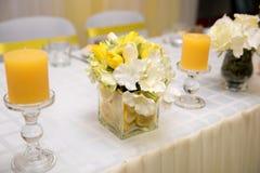 美丽的婚礼桌装饰用风格化柠檬 免版税库存图片