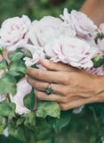 美丽的婚礼花束在新娘的手上 免版税库存图片