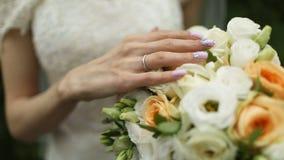 美丽的婚礼花束在新娘的手上 影视素材