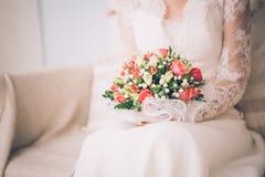 美丽的婚礼花束在新娘的手上 图库摄影