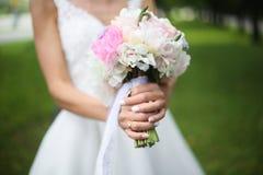 美丽的婚礼花束在新娘的手上 库存图片
