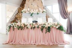 美丽的婚礼装饰设定与花 免版税库存图片