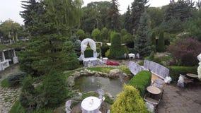 美丽的婚礼装饰 婚礼装饰在庭院里 股票录像