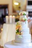美丽的婚宴喜饼、关闭蛋糕和迷离背景, se 免版税库存图片