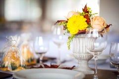 美丽的婚姻或事件的餐馆内部桌装饰 花婚礼表装饰秋天颜色 免版税库存照片