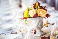 美丽的婚姻或事件的餐馆内部桌装饰 花婚礼表装饰秋天颜色 免版税图库摄影