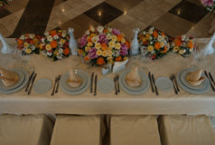 美丽的婚姻的餐馆内部桌装饰 免版税库存照片