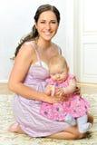 美丽的婴孩她的母亲 免版税库存照片
