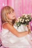 美丽的嫩女孩我拿着花花束  库存照片