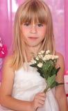 美丽的嫩女孩我拿着花花束  库存图片