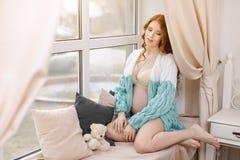 美丽的孕妇在家 免版税图库摄影