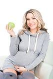 年轻美丽的孕妇用苹果 免版税库存照片