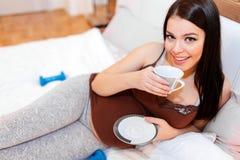 美丽的孕妇饮用的茶 图库摄影
