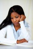美丽的学习的疲乏的妇女 免版税库存照片