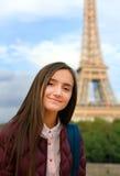 美丽的学生女孩获得乐趣在巴黎 免版税库存照片