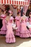 美丽的安达卢西亚的少妇在传统服装穿戴了在塞维利亚` s 4月市场 免版税库存图片