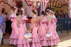美丽的安达卢西亚的少妇在传统服装穿戴了在塞维利亚` s 4月市场 免版税库存照片