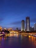 美丽的安顺桥梁夜视图在晋江九眼桥上河和街市的在蓝色小时内 图库摄影