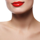美丽的完善的嘴唇 性感的嘴关闭 年轻新鲜的妇女美好的宽微笑有充分的嘴唇的 查出 免版税库存照片
