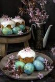 美丽的宏观春天主题郁金香 复活节面包和鸡蛋与开花的枝杈 库存照片