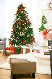 美丽的客厅内部装饰了圣诞节 库存照片