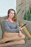 美丽的客厅妇女年轻人 图库摄影