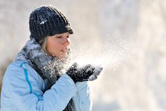 美丽的室外冬天妇女年轻人 免版税图库摄影