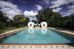 美丽的室外游泳池 图库摄影
