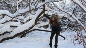 美丽的害怕女孩跑远离一个虚构的恶棍在多雪的森林里 股票录像