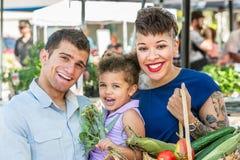 美丽的家庭在农夫市场上 免版税库存图片