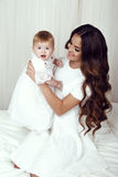 美丽的家庭照片 有她的小逗人喜爱的女婴的华美的母亲 库存照片
