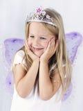 美丽的小女孩佩带的王冠和蝴蝶翼 免版税库存照片