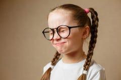 美丽的小女孩佩带的玻璃 免版税库存图片